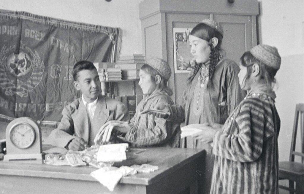 Директор школы Ага-Юсуп аула Арсариб Довлеет за приемом вещей для фронта от учеников.  Декабрь 1942 г. Туркменская ССР.