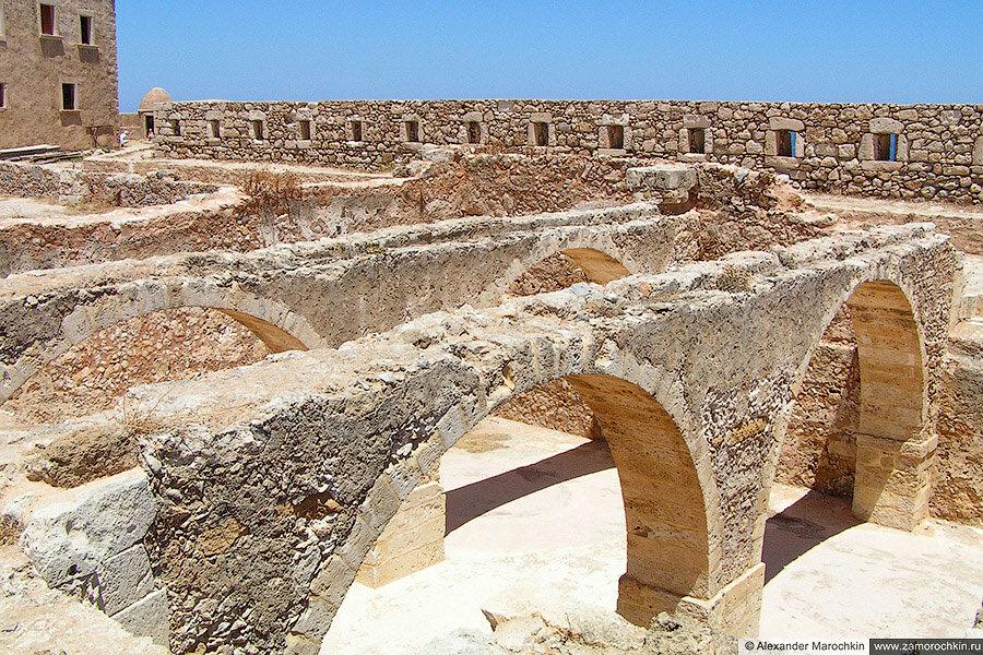 Каменные сооружения в крепости Фортецца в Ретимно (Крит)