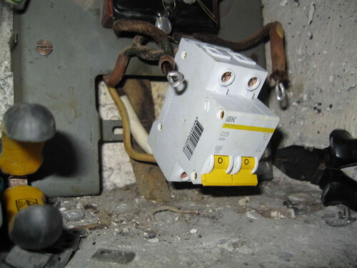 Фото 6. Установка двухполюсного автоматического выключателя взамен неисправного пакетника. Дефект изоляции одного из магистральных проводов квартирного щита устранён с помощью кембрика.