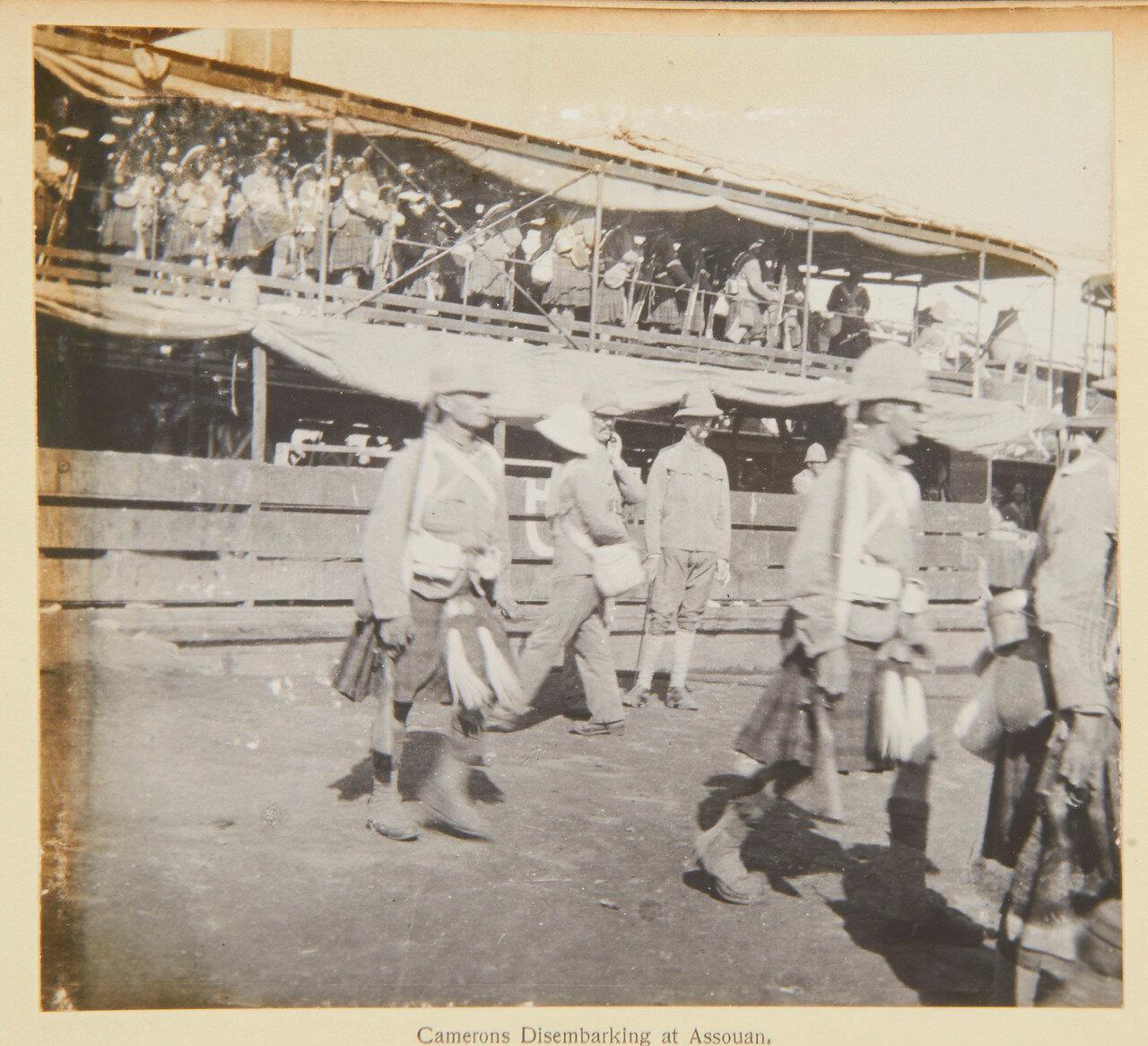 Собственный королевский Камерон-хайлендерский полк высаживается в Ассуане