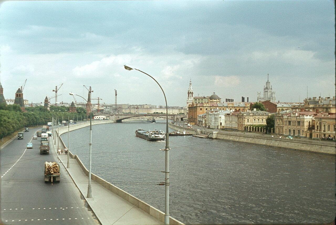 Московский Кремль. Река Москва вниз по течению