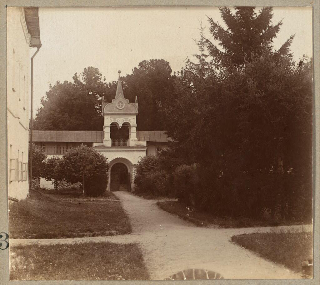 Вход в кедровую рощу в Толгском монастыре. 1910.