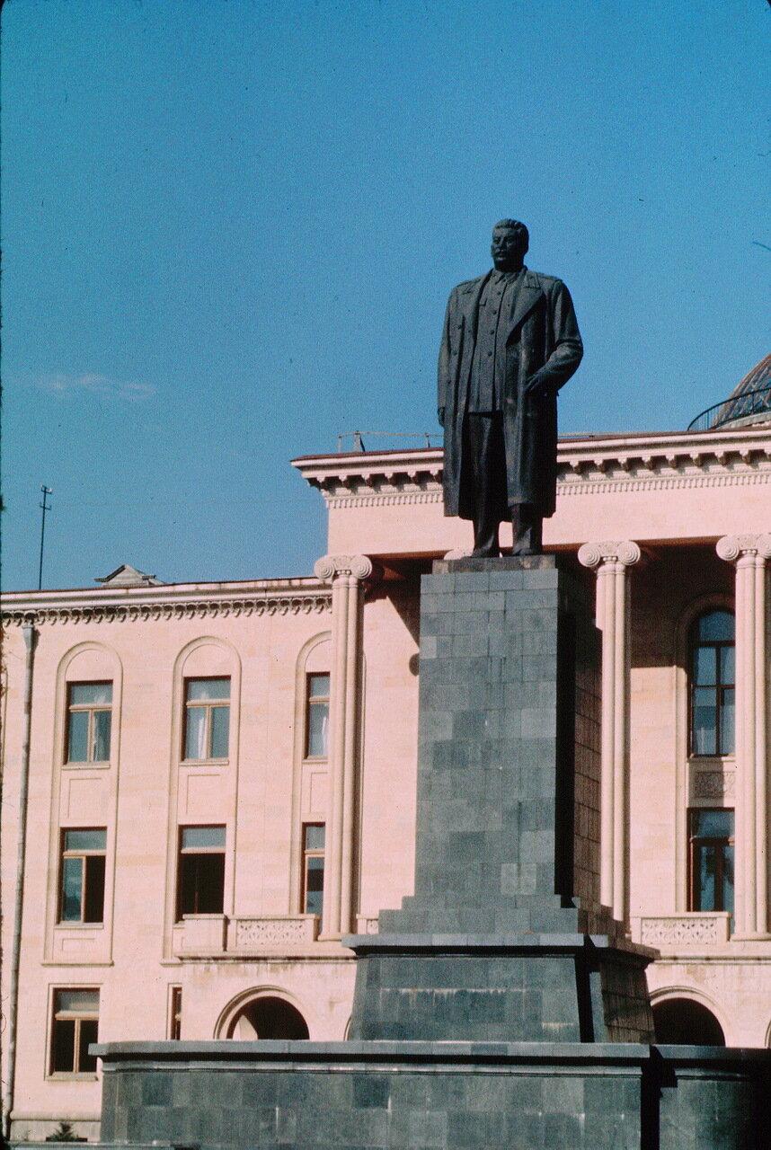 Гори. Центральная площадь. Последний памятник Сталину