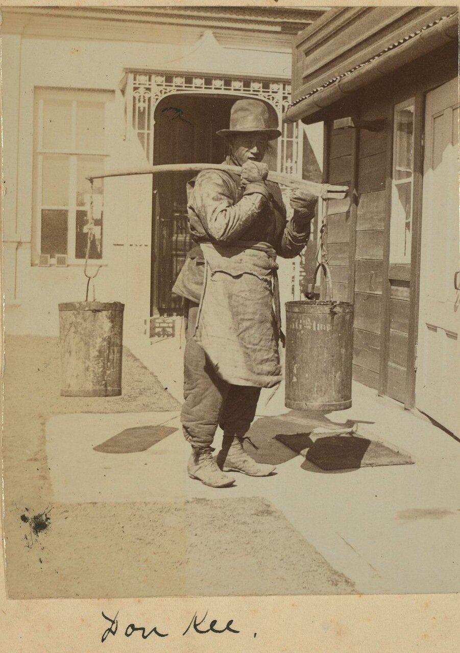 Доу Ки, китайский слуга носит воду на кухню