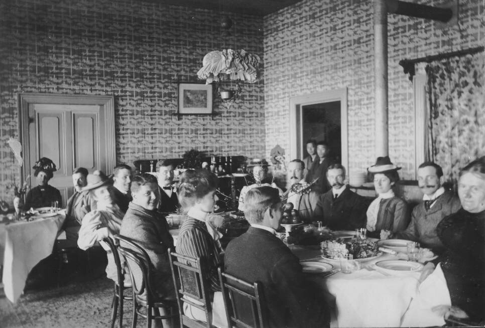 1904. Чаепитие в доме мисс Пэйдж. Нюши