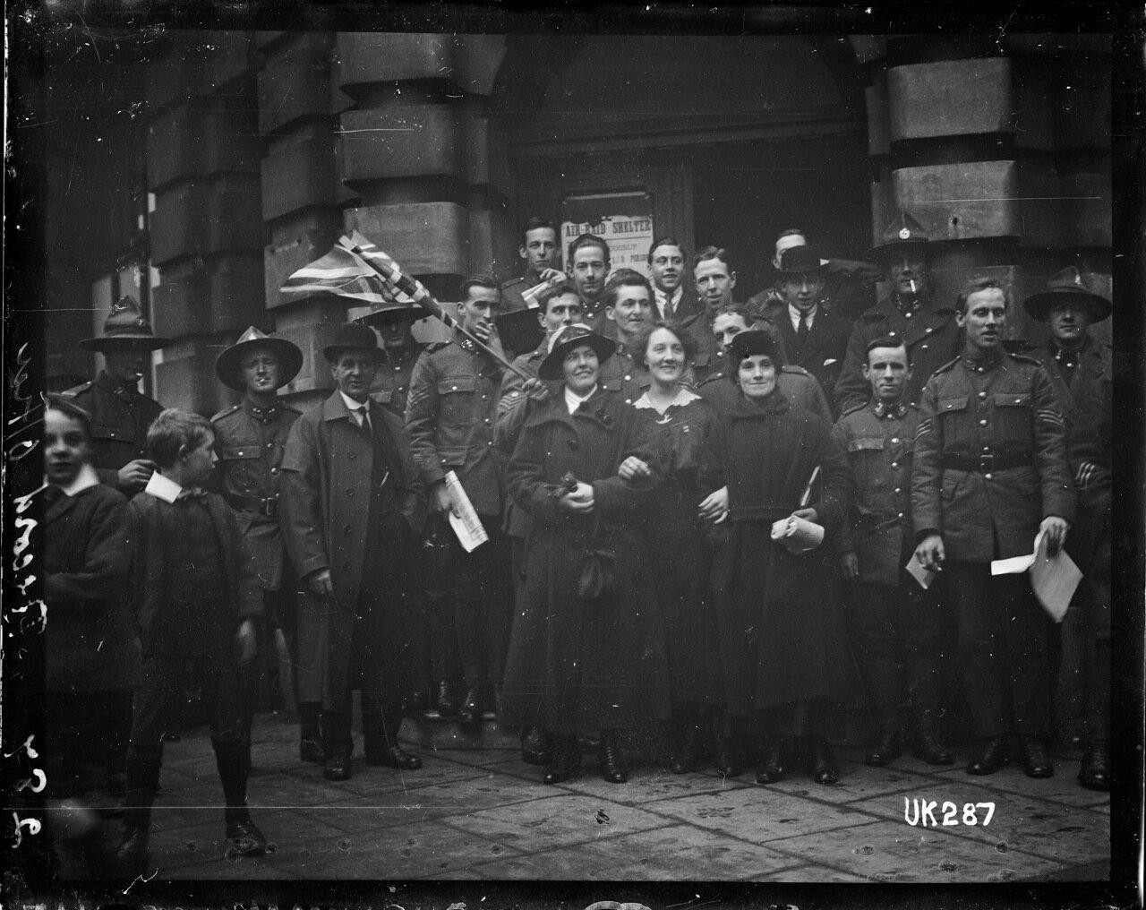 Новозеландские солдаты и гражданские лица на параде в Лондоне