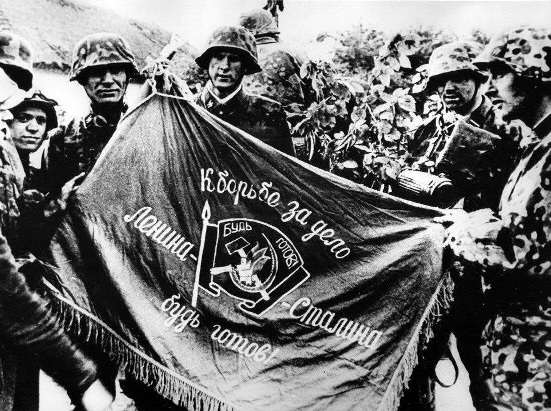 1941. Ваффен-СС позируют с советским знаменем
