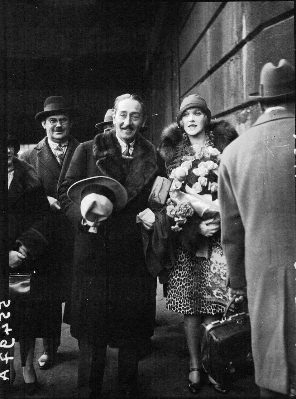 1928. Вокзал Сен-Лазар. Менжу Адольф и его невеста мисс Кэтрин Карвер приехали в Париж сочетаться браком