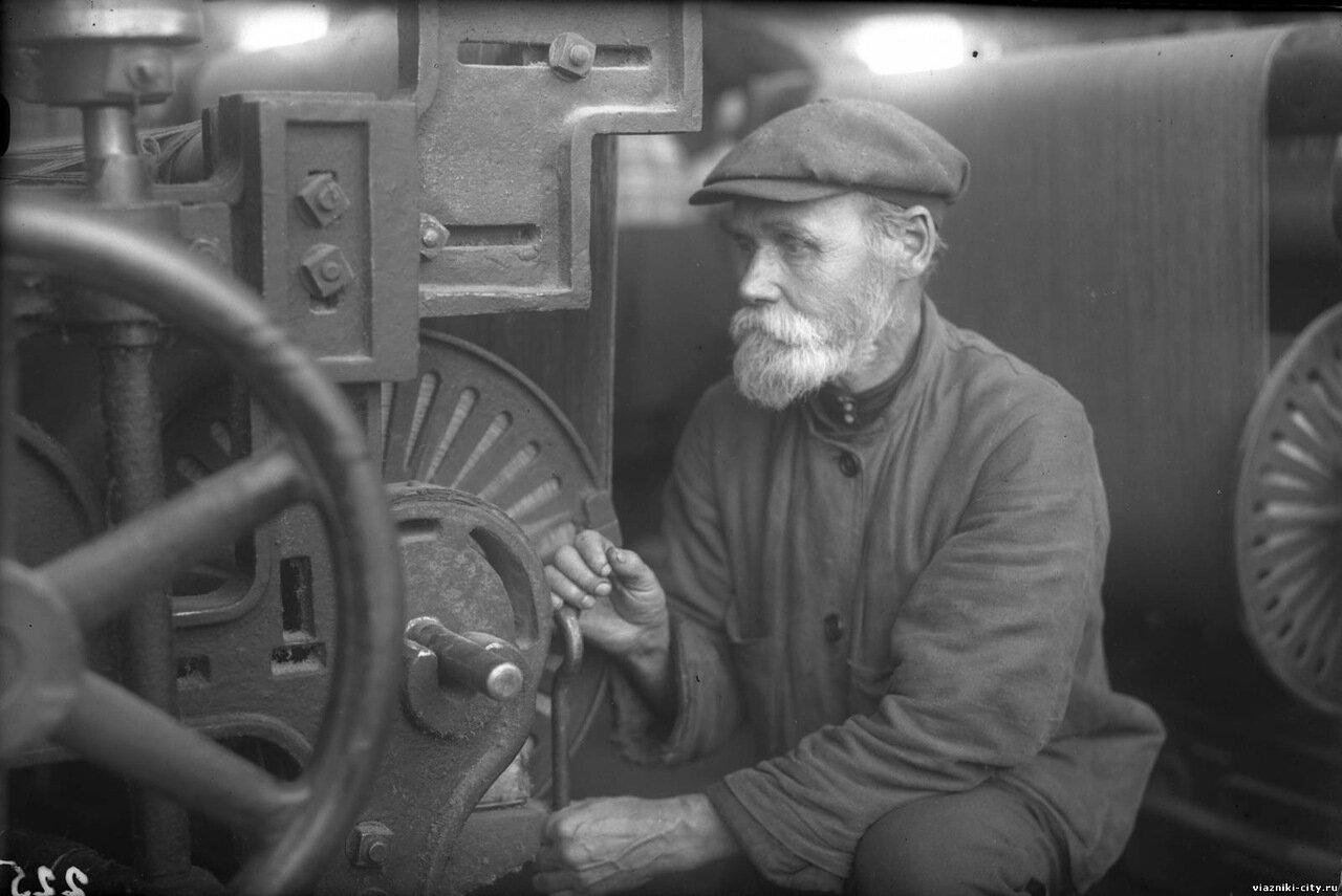 Голубев подмастер фабрики Свободный пролетарий. 1931