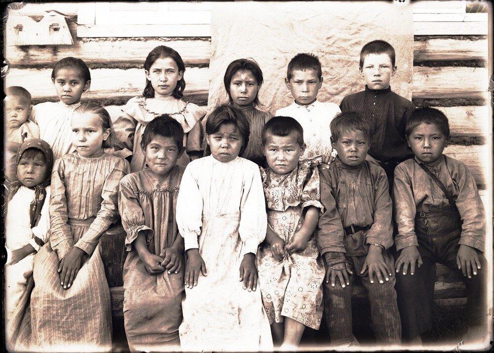 Село Болчаровское. Сидят остяки, стоят русские дети
