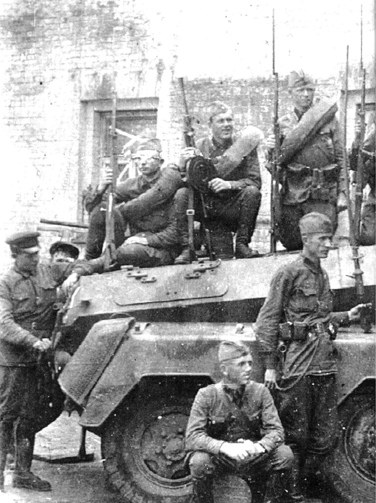 Советские солдаты на захваченном немецком бронеавтомобиле (1).