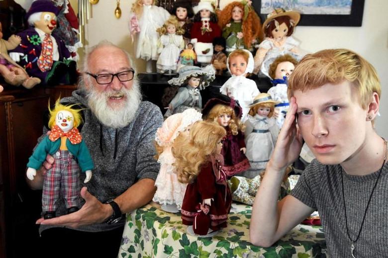 Британец увлекся коллекцией кукол, но его семья уверена, что эти куклы их преследуют