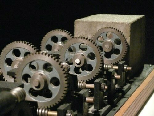 Механизм Артура Гэнсона, который совершает один оборот за 2.3 триллиона лет