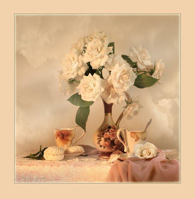 Белые розы украсили стол для завтрака