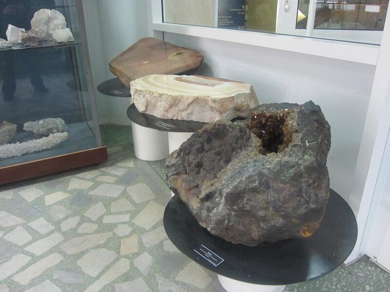 Внутрь этого камня можно сунуть руку :) (15.11.2013)