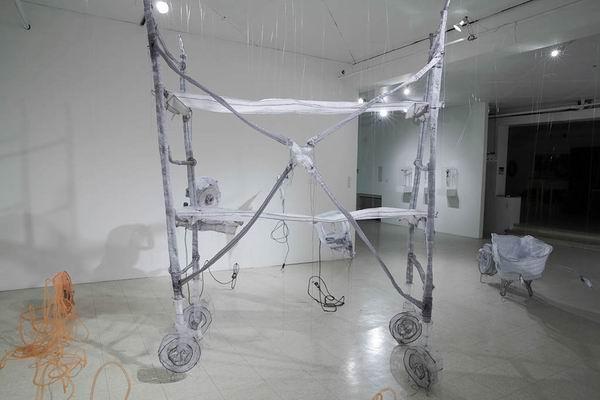 Хрупкие и туманные, призрачные и во всех смыслах материальные инсталляции Jannick Deslauriers / Яник Делорь5a8е