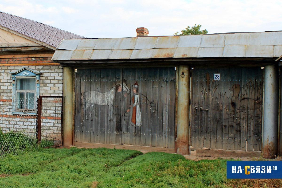Ворота частного дома советуем украсить рисунками.