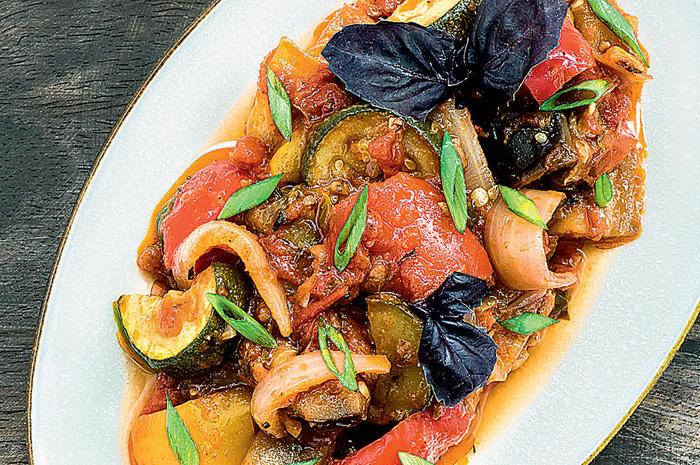 5. Аджапсандали — баклажаны, тушенные с болгарским перцем, морковью, помидорами и луком с добавление