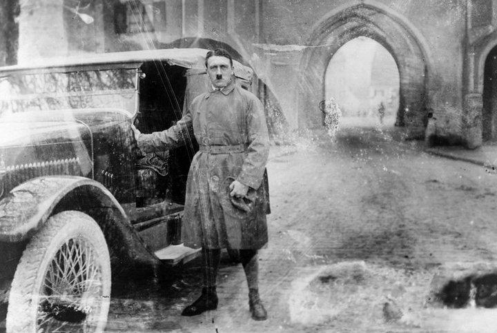 22. Гитлер 20 декабря 1924 года, сразу после выхода из Ландсбергской тюрьмы, куда он был посажен за