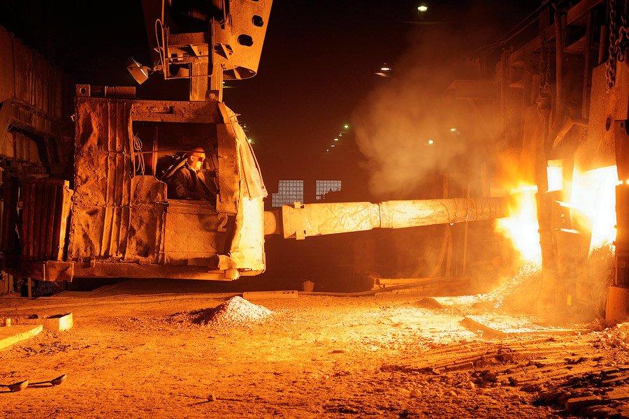 Тут в печь лопатой добавляют известь. В цехе стоит запах жженной земли, везде копоть и сажа, за врем