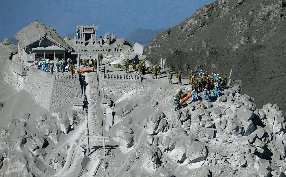 13. Спасательная операция около вершины вулкана Онтакэ в Японии, 28 сентября 2014. (Фото Reuters   K