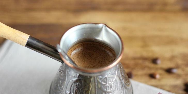 Не нужно сразу разливать кофе в чашки, как только он будет готов. Дайте ему отстояться секунд 30 хот