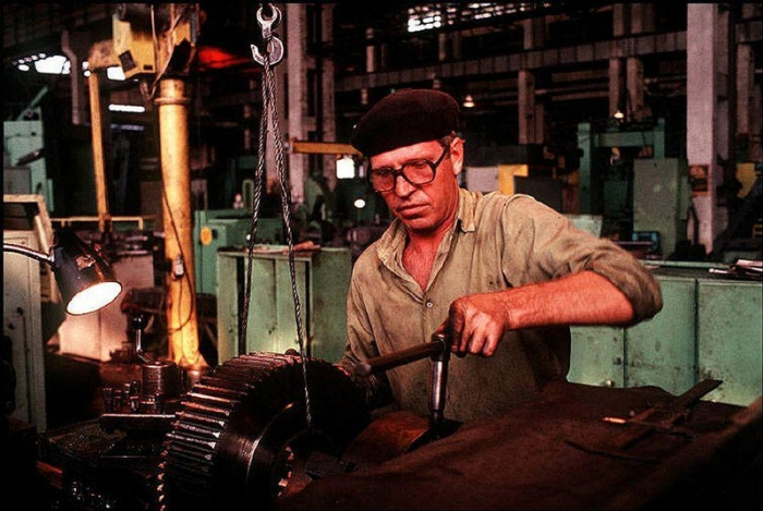 Мужчина, работающий за станком, 1988 год. 5. Синагога в городе Черновцы