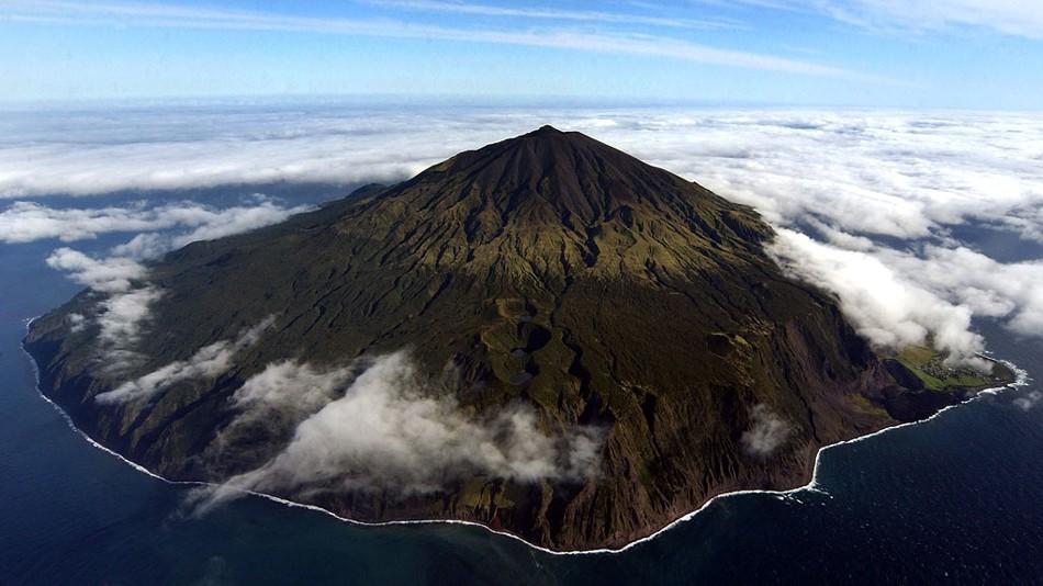 Острова Тристан-да-Кунья располагаются на юге Атлантического океана. Уникальность их в том, что до б