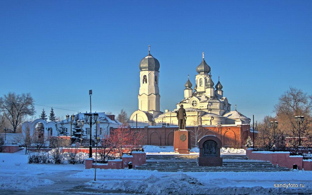 Храм Дмитрия Солунского и памятник Неплюеву зимой