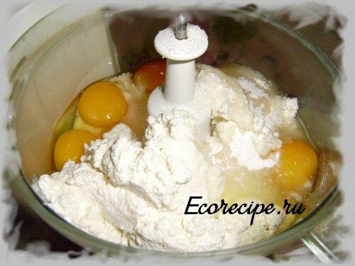 Взбиваем в блендере сахар, яйца и творог для приготовления творожного теста для запеканки