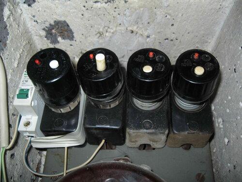 Фото 2. Автоматическое отключение второго ПАР (отсчёт ведётся слева направо) вследствие короткого замыкания - белая кнопка отщёлкнулась (у всех других ПАР белые кнопки пребывают в утопленном положении).