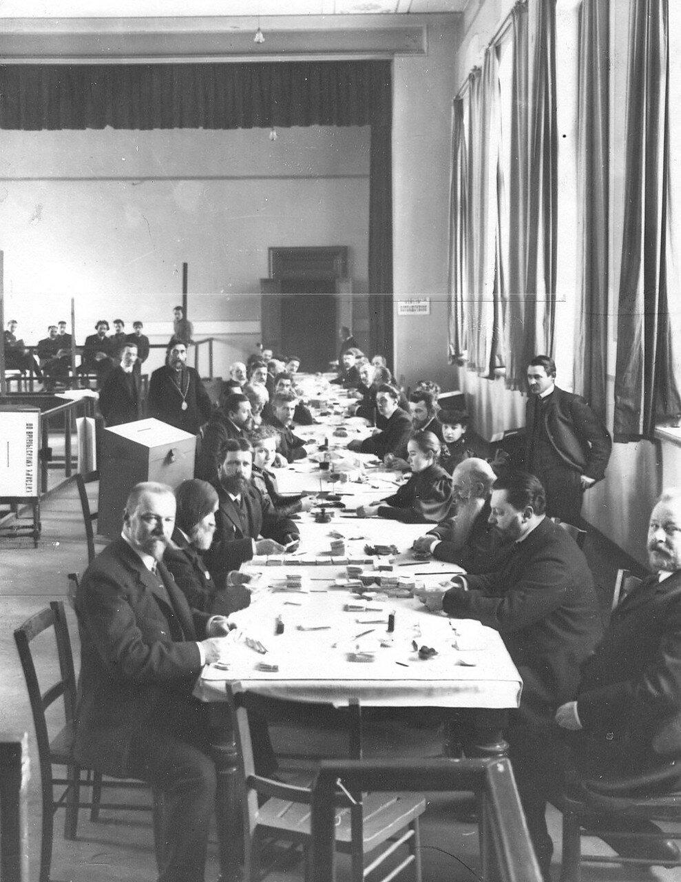 20 марта 1906. Подсчет поданных голосов по окончании выборов выборщиков в Первую Государственную думу в Народном доме Л.Н.Нобеля
