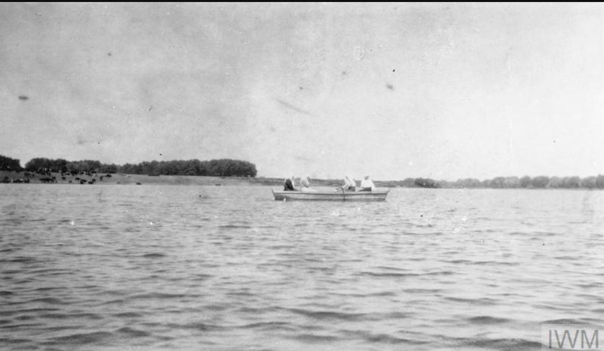 Лодка с местными жителями на реке Дон, лето 1919