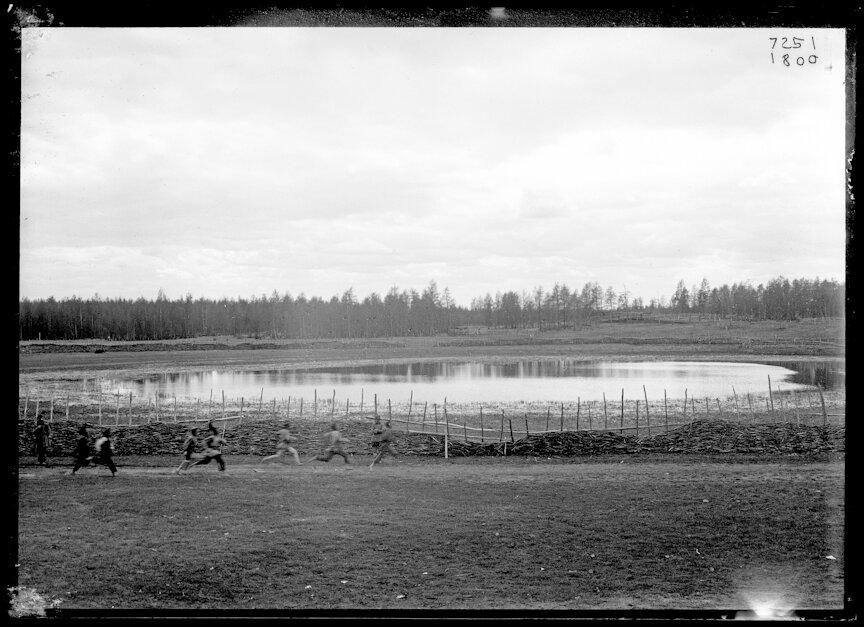 Якуты бегут вокруг озерка