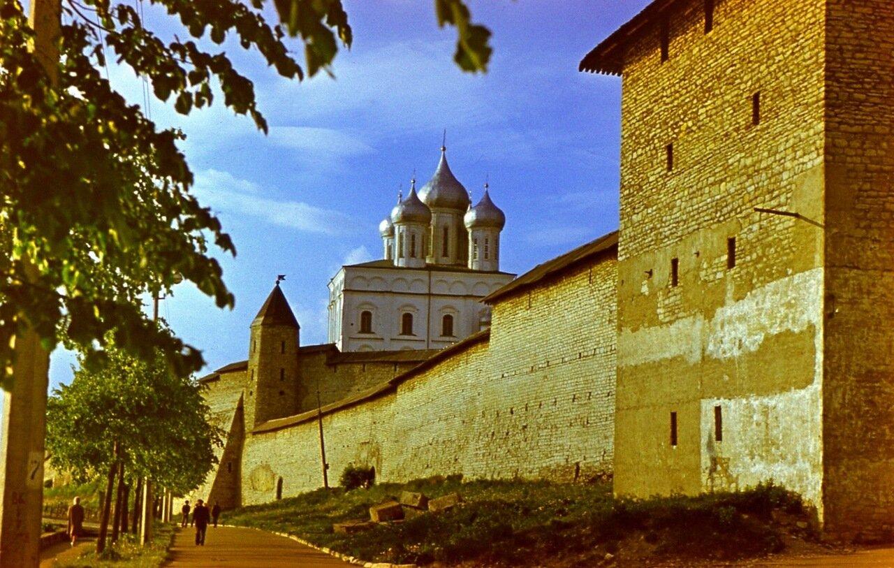10.  Стена и Троицкий собор