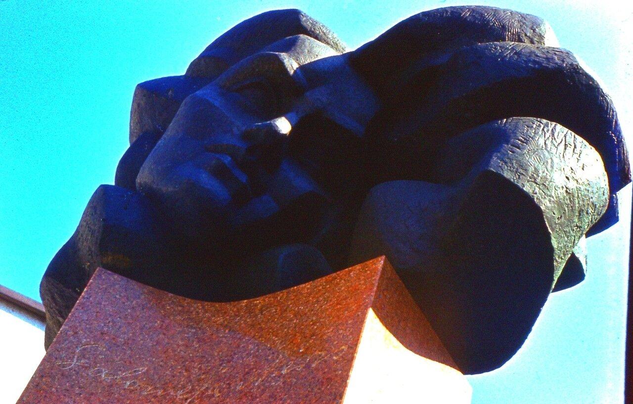 13.  Памятник  Саломее  Нерис