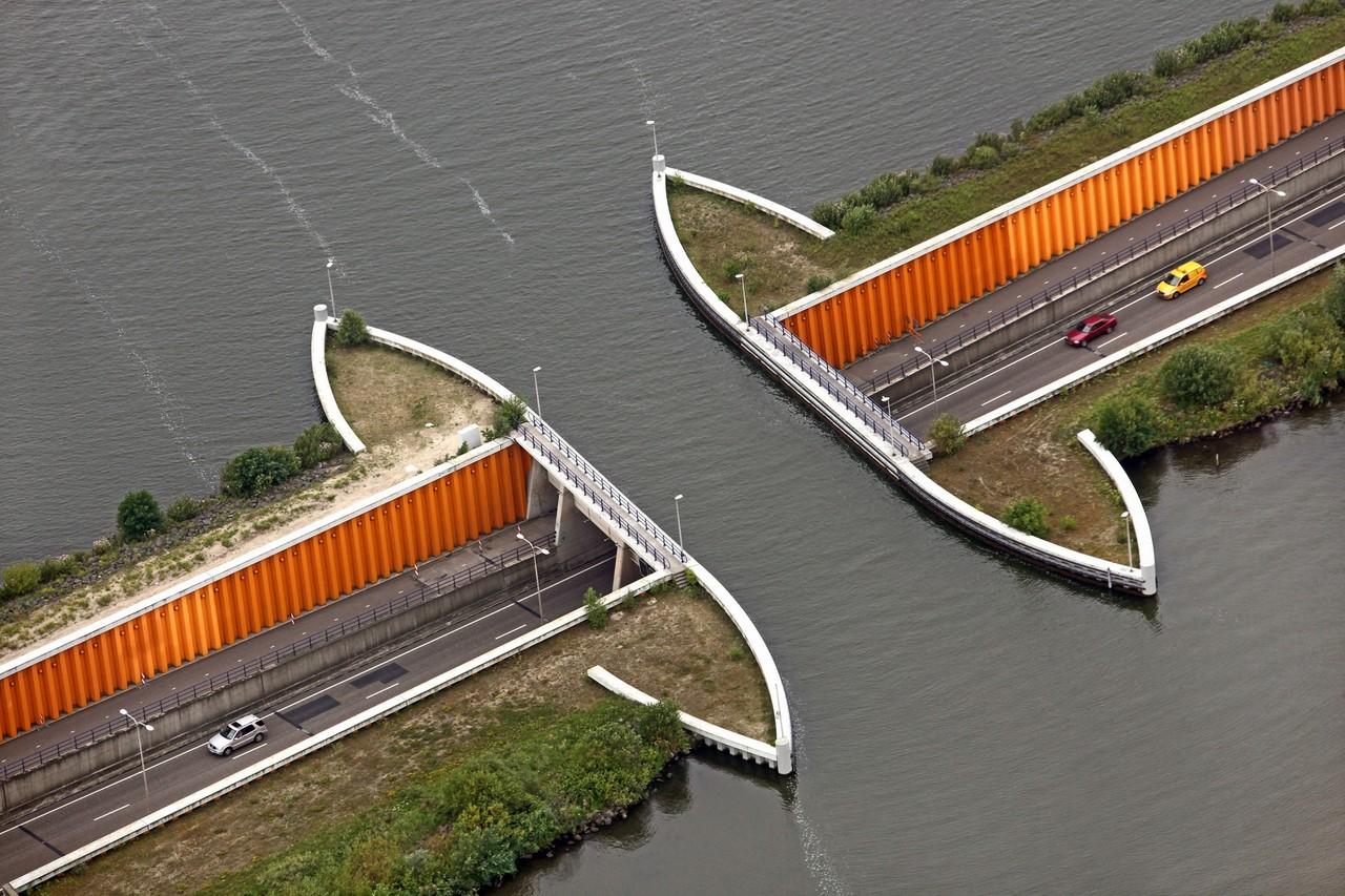 Картинки по запросу Veluwemeer Aqueduct – мост, который находится в Голландии и