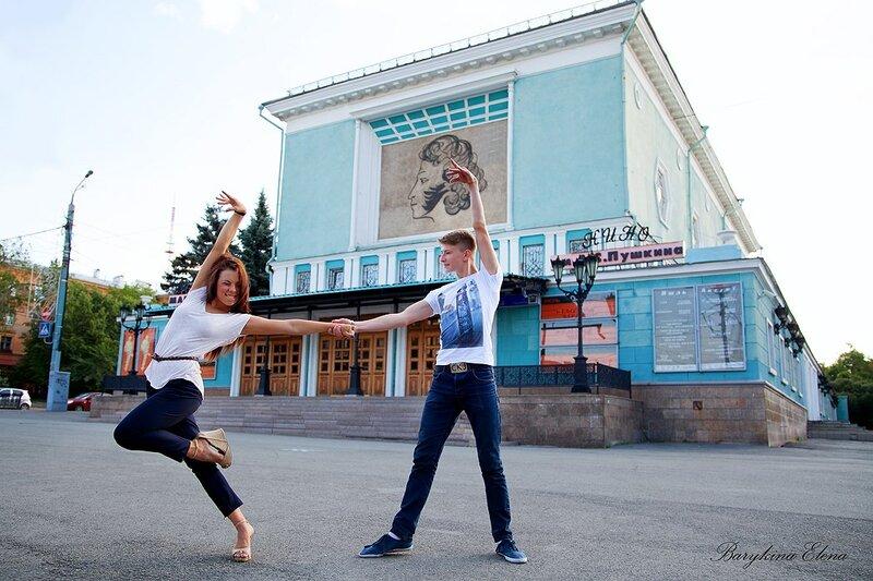 На фоне кинотеатра им. Пушкина (10.10.2013)
