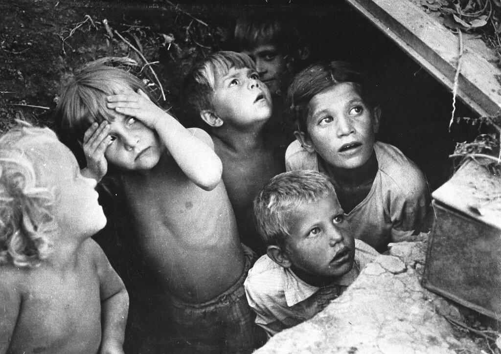 Дети в Сталинграде прячутся от бомбящих немецких самолетов. 1942 г.
