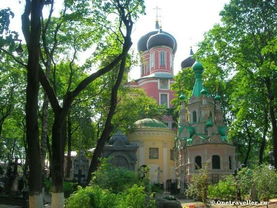 Вид на три храма Донского монастыря в Москве