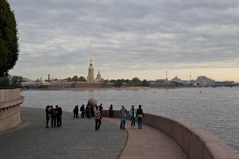Вид со стрелки Васильевского острова на Петропавловскую крепость
