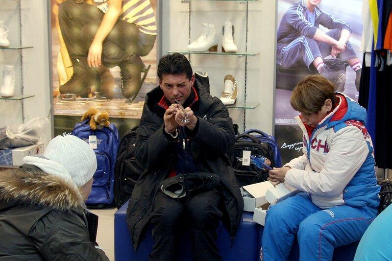 Николай Морозов - выдающийся российский тренер по фигурному  катанию, проверяет фигурные коньки <br />(лезвия) на наличие брака в компании