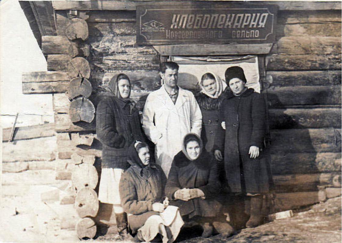 Возле сельской хлебопекарни. Новоселово, Красноярский край