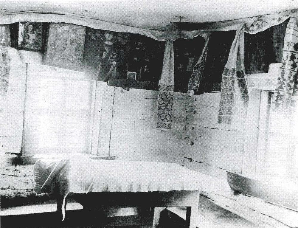 «Красный угол» и божница в избе. Скатерть на столе покрывает хлеб. Могилевская губ., Гомельский уезд, д. Шарпиловка. 1903