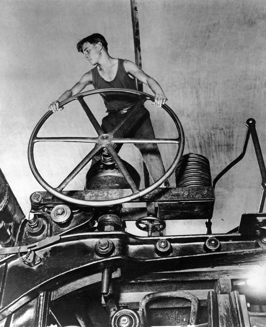 Комсомолец за штурвалом. Целлюлозно-бумажный комбинат. Балахна. 1931 год.