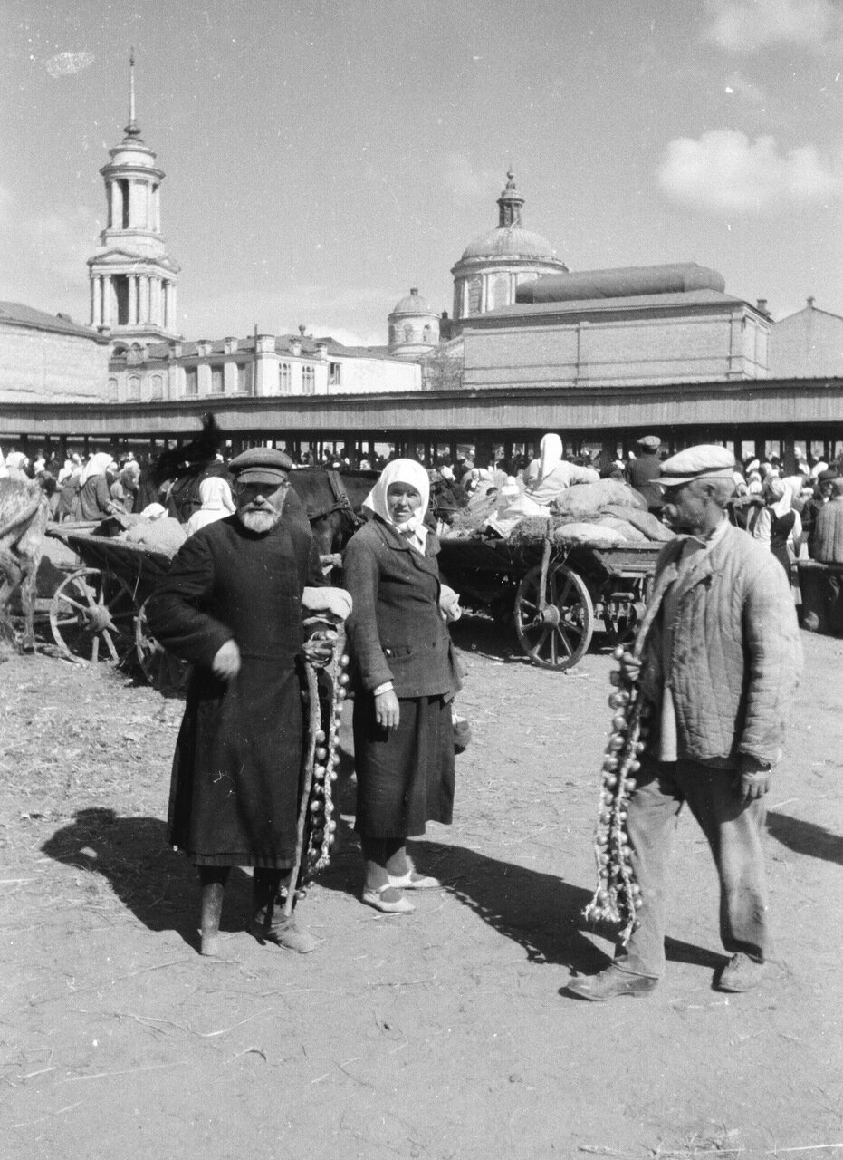 Алексеевка. Рынок на фоне церкви Святого Креста