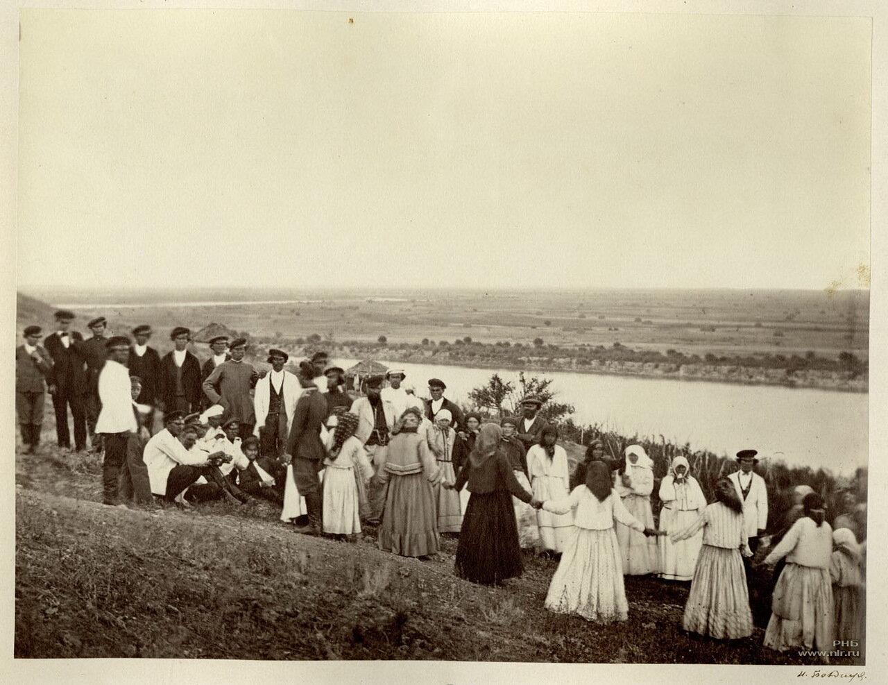 Улица в праздник на виноградных садах. Земля войска Донского II станица Цымлянская. 1875-1876