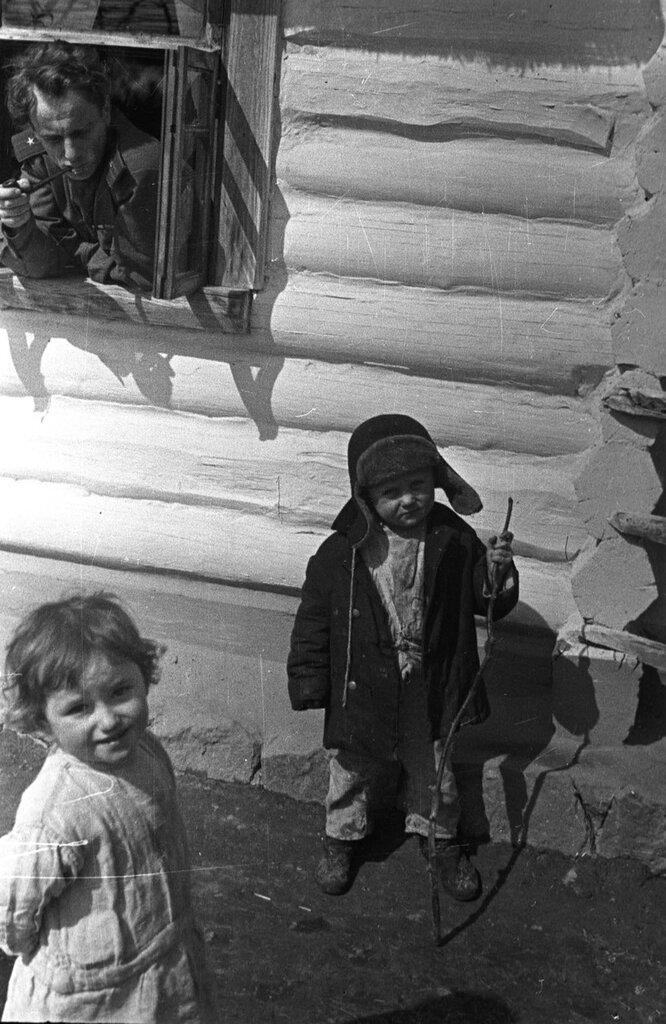 Поэт Е.А. Долматовский и советские дети.