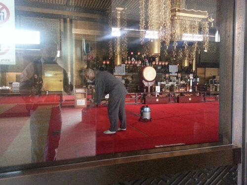 Главный храм Нариты пылесосят обычным пылесосом