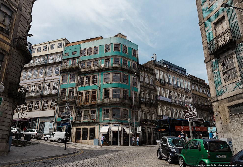 5. Ярких цветных фасадов в Порту заметно меньше. Если и используют цветную плитку, то в окружении др